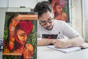 Guilherme Gomes Ferreira autografando livros. Foto: Sul21